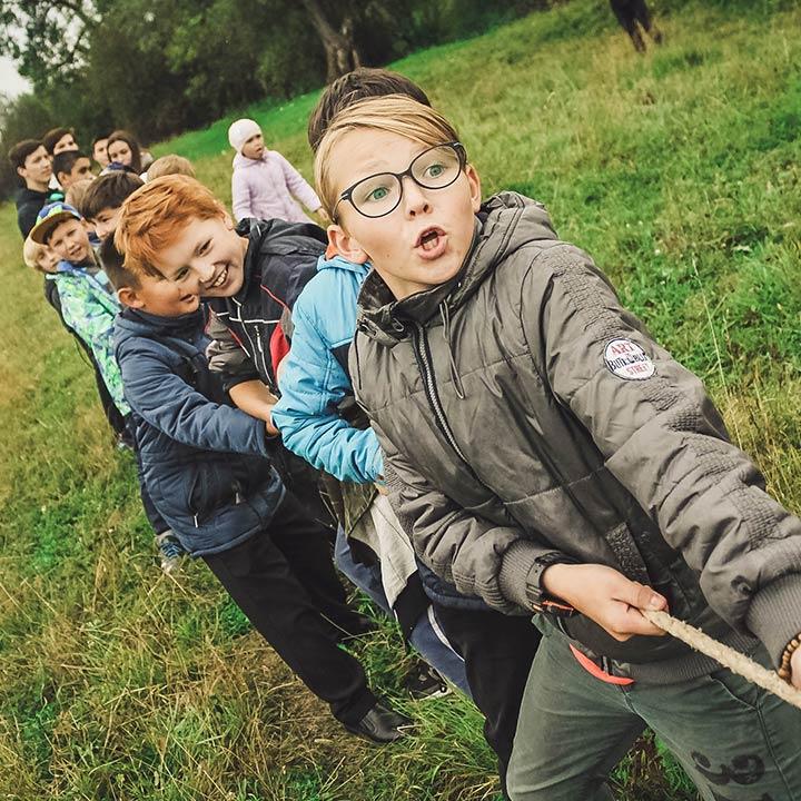 Kinder Seilziehen